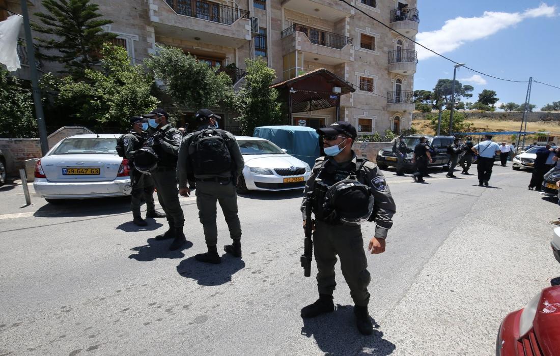 قوات الاحتلال الاسرائيلي تمنه المواطنين.jpg