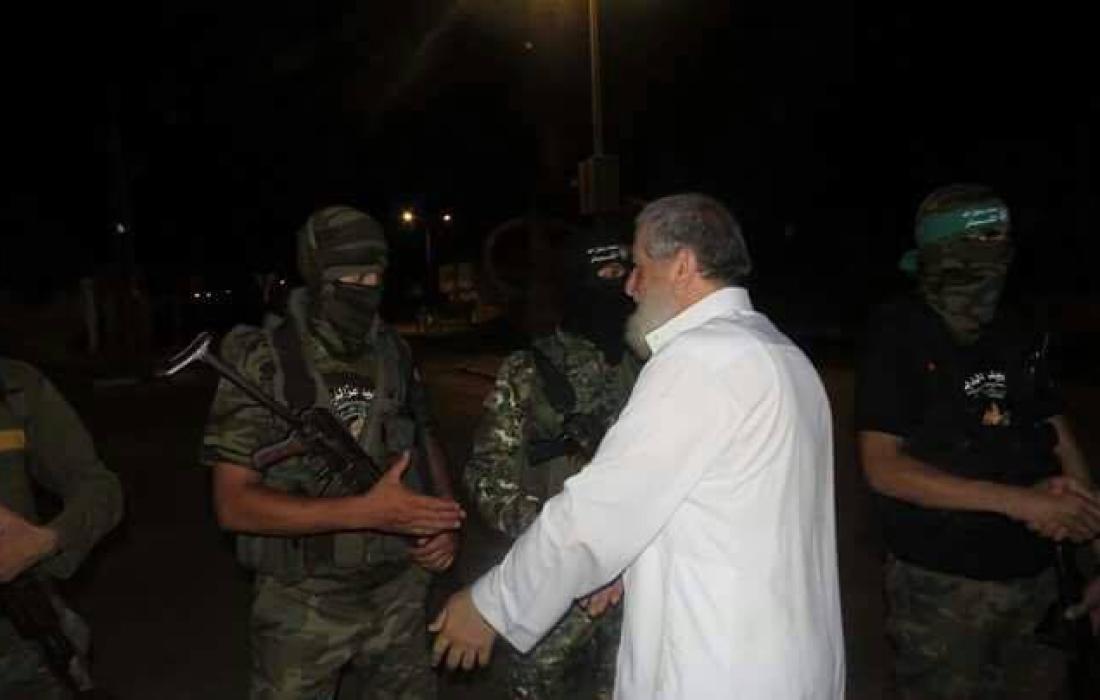 الشيخ نافذ عزام خلال زيارته للمرابطين على الثغور