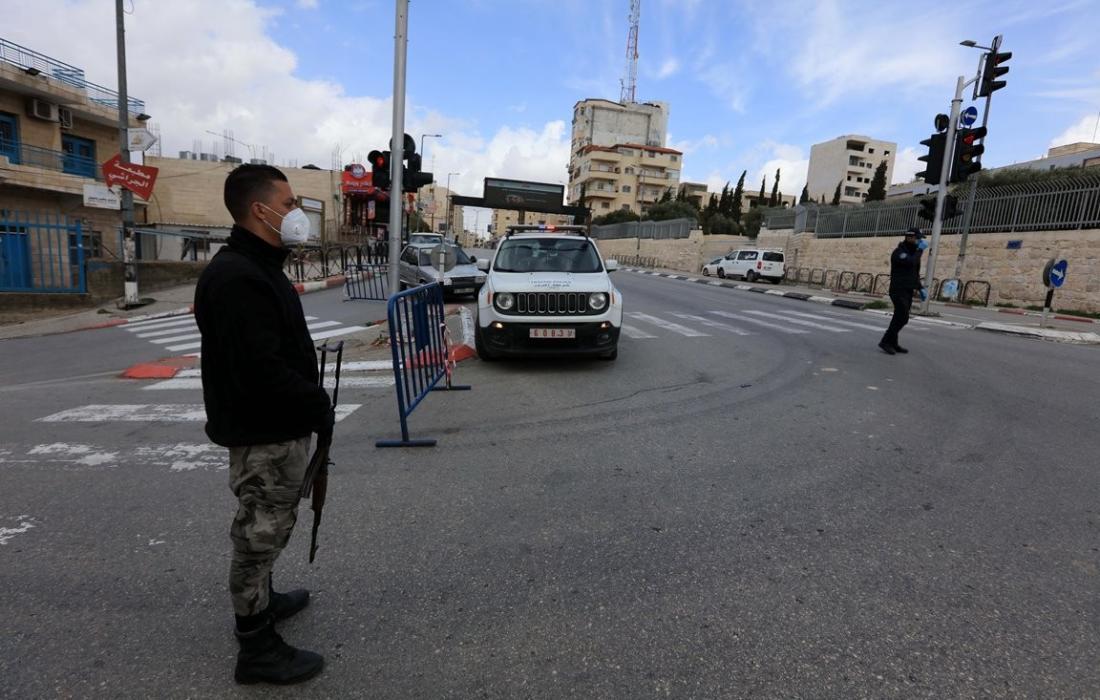 حواجز للامن الفلسطيني تفصل بين القرى والمخيمات وبين المدن في محافظة بيت لحم لمنع انتشار فيروس كورونا. (5)