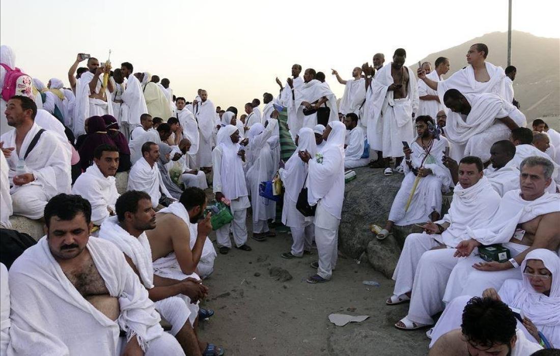 حجاج بيت الله الحرام يؤدون مناسك الحج في ثاني أيام العيد