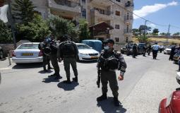 قوات الاحتلال تخطر مواطنين بوقف البناء في نابلس