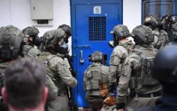 """قوات الاحتلال تقتحم سجن """"ريمون"""" وسط توتر كبير"""