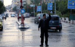 شرطي مرور ينظم حركة السير مع الامطار