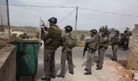 """مستوطنون """"إسرائيليون"""" يحاولون قطع """"أعمدة كهربا"""" في قريوت بنابلس"""