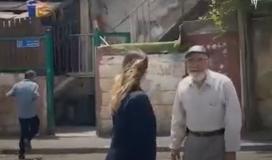 خوف مستوطن من الحاج الفلسطيني نبيل الكرد