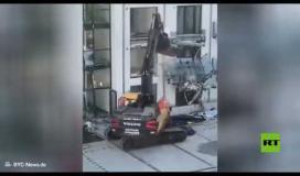 شاهد.. رجل يدمر بحفارة مبنى جديدا شارك في تشييده في مدينة ألمانية ..