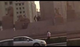 """مصري يحاول تدمير تماثيل كباش """"بمهدة"""" في ميدان التحرير"""