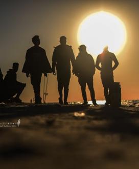 مشياَ على الأقدام ..البحر وجهة الغزيين في زمن الكورونا