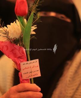 في ذكرى يوم المرأة العالمي.. توزيع ورود على امهات الأسرى في الصليب الاحمر بغزة