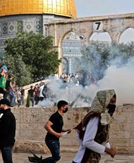مواجهات عنيفة في المسجد الأقصى واعتداءات وإصابات بالرصاص والاختناق