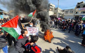 مسيرة حاشدة غاضبة احتجاجا على تقليصات وكالة الغوث في قطاع غزة