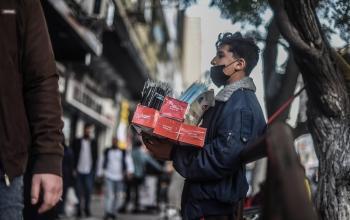 بيع الكمامات مصدر رزق جديد للشباب الغزيين