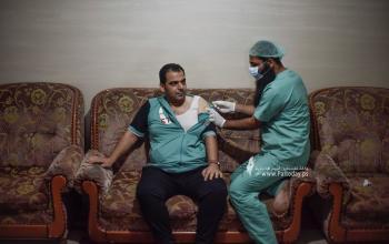 """"""" الطب الوقائي """" في خانيونس يقوم بتطعيم المواطنين ضد كورونا"""