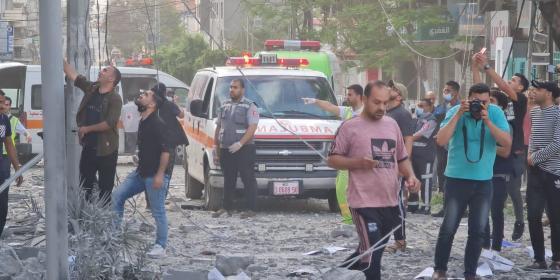 قصف لبناية سكنية قبالة عيادة الرمال