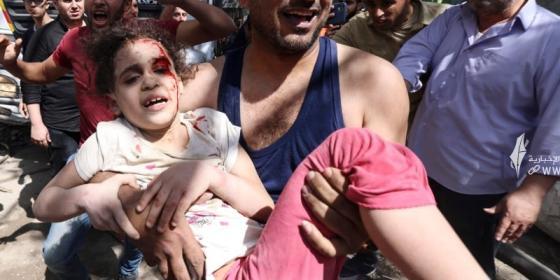 انتشار طفلة من تحت الركام بعد قصف الاحتلال الاسرائيلي على منازل المدنيين بغزة.jpg