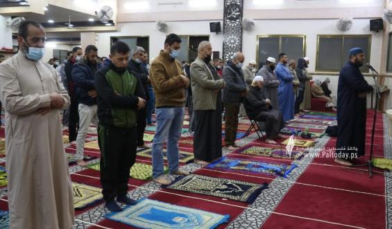 صلاة العشاء والتراويح في مساجد محافظة غزة وسط اجراءات الوقاية من فيروس كورونا
